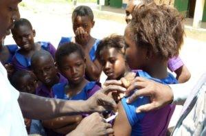 Ghana: Kind wird geimpft.