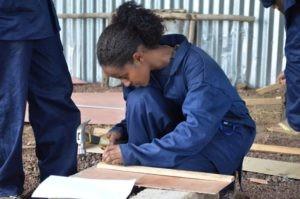 unge Frau in Äthiopien macht Schreinerausbildung.
