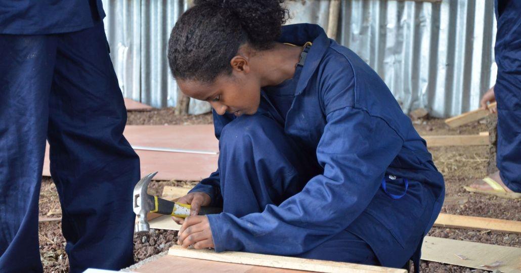 Dauerhaft Spenden: Junge Frau in Äthiopien macht Schreinerausbildung._©KHW Stiftung Global-Care