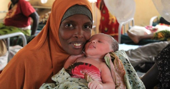 Mutter mit Neugeborenem im Flüchtlingscamp Kakuma._©GEMEINSAM FÜR AFRIKA/Anger