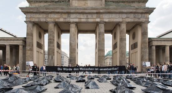 Protestaktion #Jedeslebenzählt vor dem Brandenburger Tor