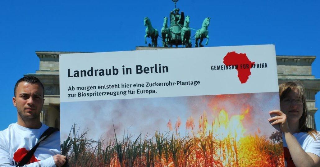 Straßenaktion 2012: Stoppt Landraub!_©GEMEINSAM FÜR AFRIKA