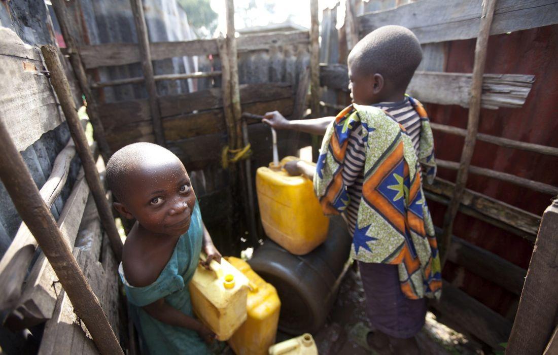 Bambo Wasserstelle an der Krankenstation Kind mit Wasserkanister