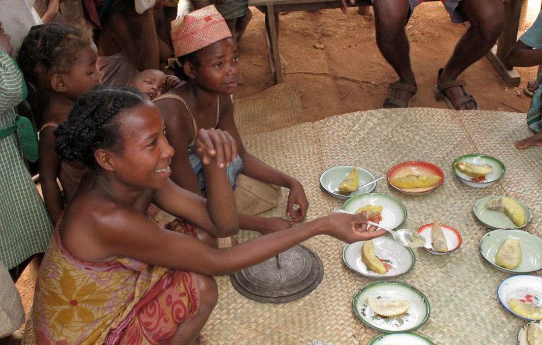 Die Elternverbaende muessen sich organisieren, um fuer die Kinder zu kochen. []