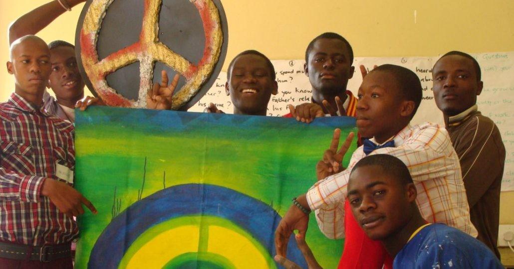 Eine Jungsgruppe_©Quäker-Hilfe-Stiftung
