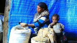 Mutter und Kind erhalten Nahrungsmittel ©Stiftung Menschen für Menschen