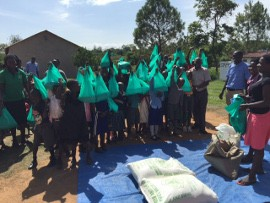 Kinder in Uganda freuen sich über kleine Geschenke vom Kinderhilfswerk ©Kinderhilfswerk