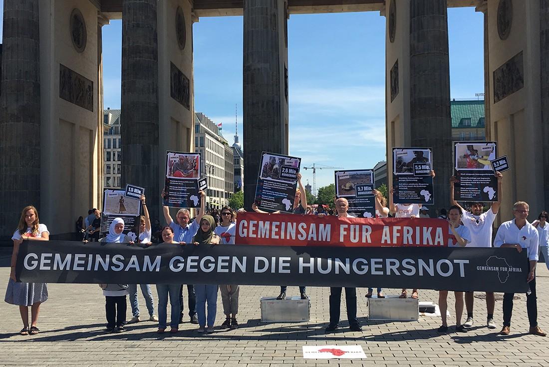 Anlässlich der Hungernot in Afrika demonstriert Gemeinsam für Afrika vor dem Brandenburger Tor in Berlin ©Jonas Walter / GfA