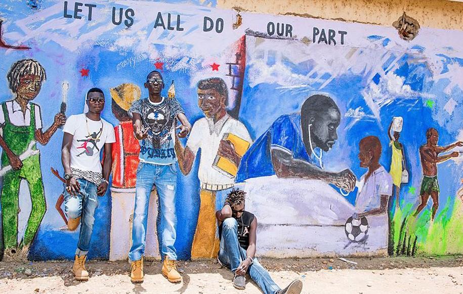 Ana Taban Musiker L.U.A.L und Crazy Fox posieren vor einer Ana Taban Street Art