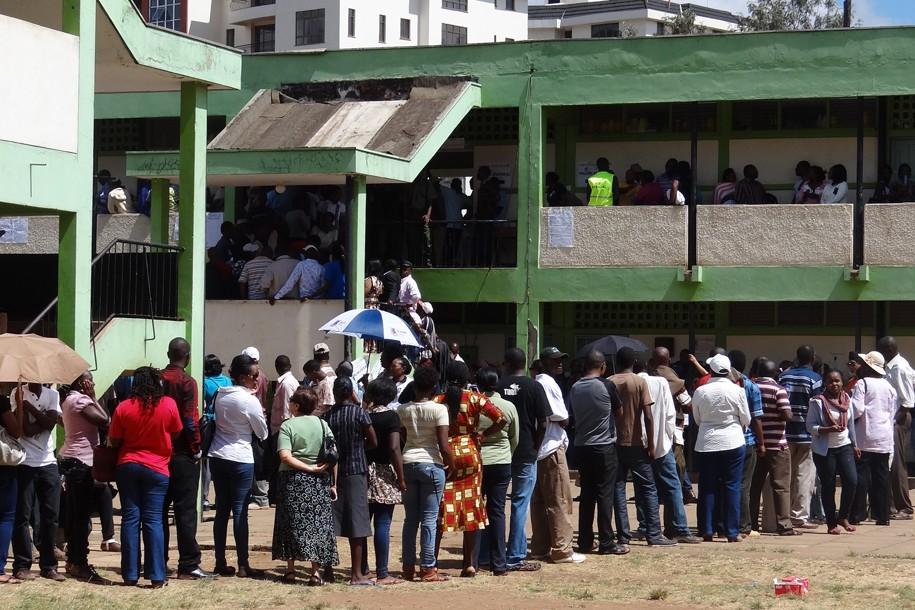 Menschenschlange vor dem Wahlbüro in Kenia - Foto Susanne Raukamp