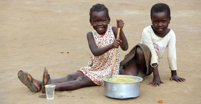 Kinder in Uganda bei der Essenszubereitung._©GEMEINSAM FÜR AFRIKA/Trappe