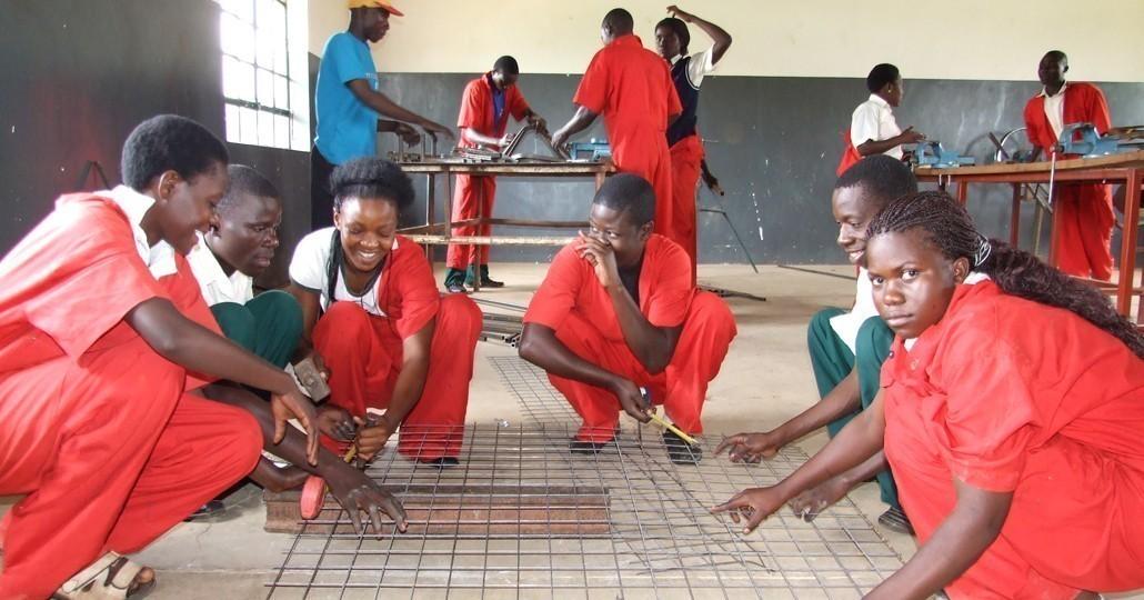 Immer mehr Mädchen lernen in den Bildungszentren auch die männertypischen Berufen wie Schweißer oder Metallbauer._©Don Bosco Mondo