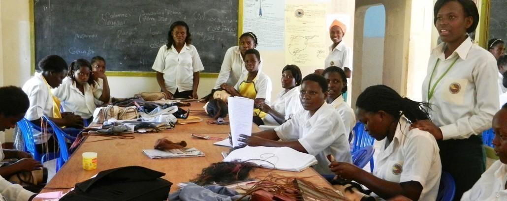 Unsere Mitgliedsorganisation Don Bosco mondo ermöglicht Unterricht für weiblichen Friseur-Auszubildende._©Don Bosco Mondo