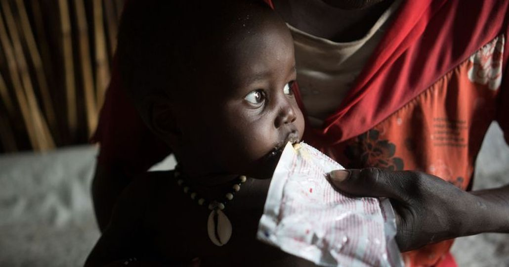 Spenden Afrika: Junge im Südsudan erhält Spezialnahrung_©Care/Lucy Beck