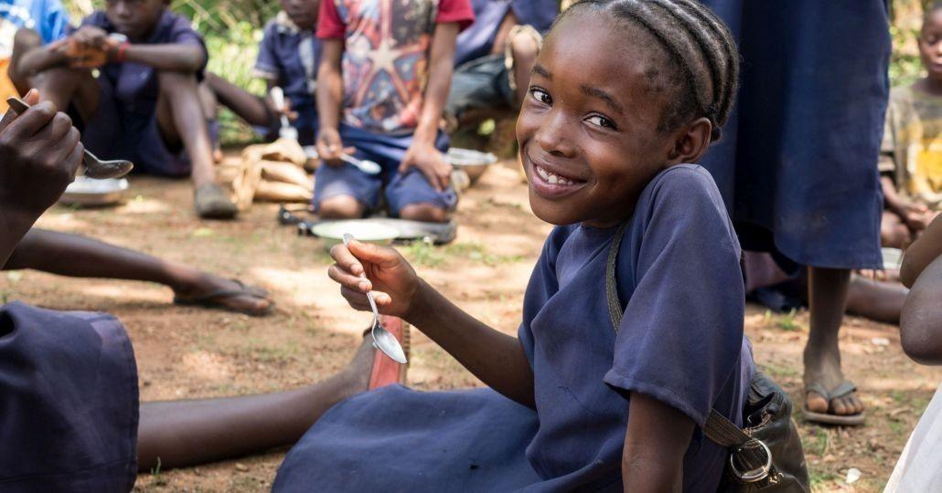 Spenden Afrika: Mittagessen in Radioschule der Kindernothilfe in Sambia._©GEMEINSAM FÜR AFRIKA