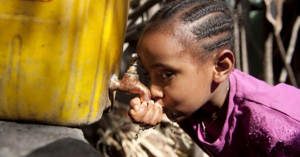 Spenden Afrika: Mädchen trinkt frisches Wasser._©Menschen für Menschen/Rainer Kwiotek