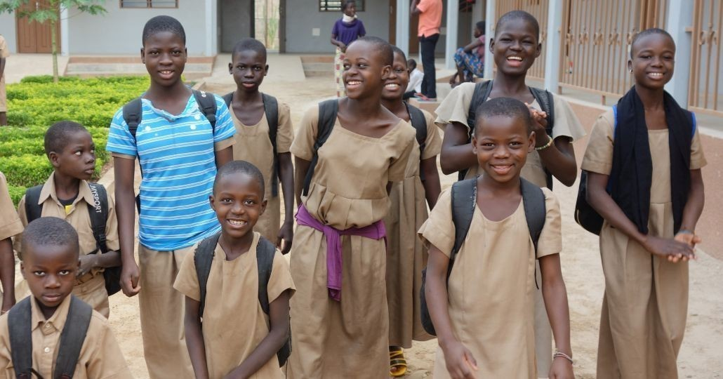 Die Kinder im Zentrum Kandyaa machen sich auf den Weg in die Schule. Fröhlich! Viele von ihnen hatten zuvor keine Möglichkeit, zu lernen und zu spielen. Nun gehören zu den Besten ihrer Klasse. Im Kinderschutzzentrum werden sie fürsorglich begleitet bis sie in ein familiäres Umfeld zurückkehren können.©Horst Buchmann