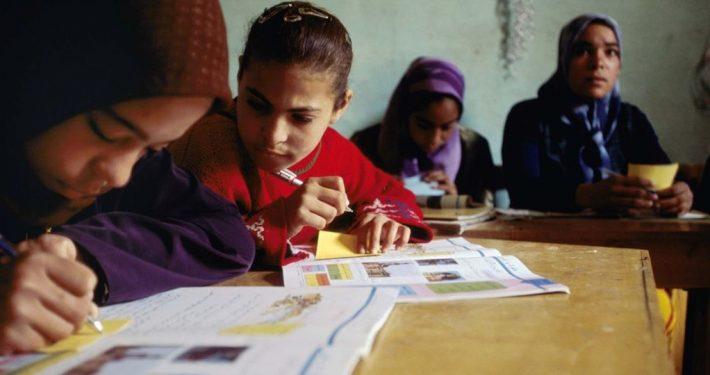 Unterricht zweier Mädchen in Ägypten_©2004 CARE/Josh Estey