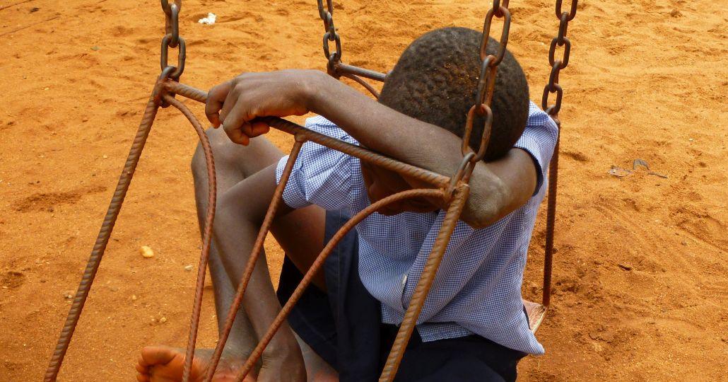 Ein Junge auf einer Schaukel_©Kinderrechte Afrika e.V.