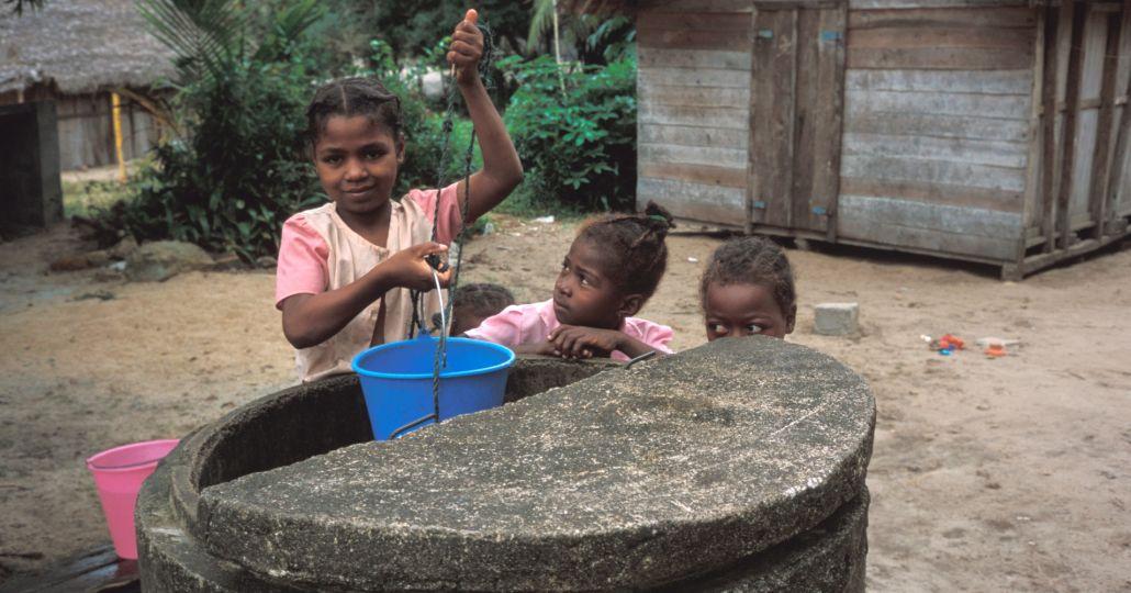 Mädchen schöpft Wasser_©Care 2001/Brian Atkinson