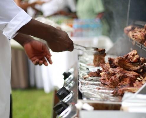 Ein Mann, der Fleisch grillt_©Andrew Itaga