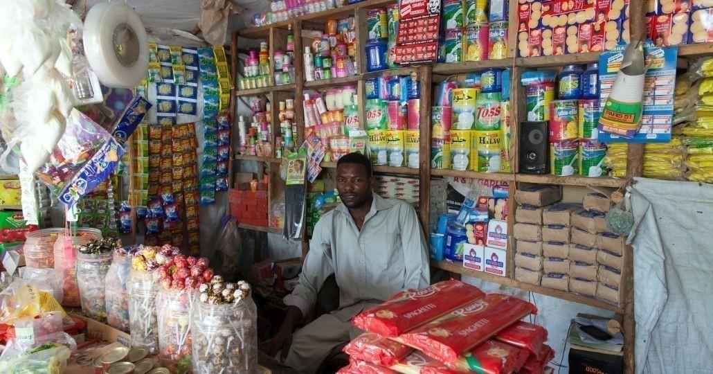 Ein Mann in seinem Geschäft in Kenia_©Gemeinsam für Afrika/Stefan Trappe