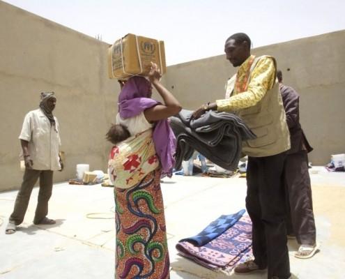 Eine Geflüchtete bekommt ein Versorgungspaket _©CARE/Frederic Courbet