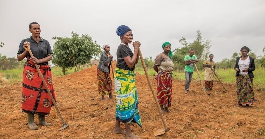 CARE trainiert Frauen und Männer in der Herstellung von Dünger aus Asche, Erde und organischen Blättern._© Timothy Buckley/CARE