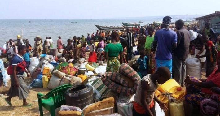 Tausende von Flüchtlingen, die vor den Konflikten im Ostkongo fliehen, sind auf der ugandischen Seite des Albertsees angekommen._© CARE