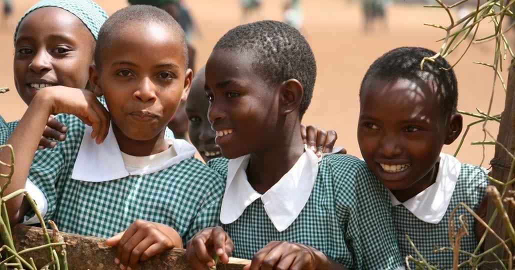 Spenden Afrika: Vier Schulmädchen lachen in die Kamera._©GEMEINSAM FÜR AFRIKA