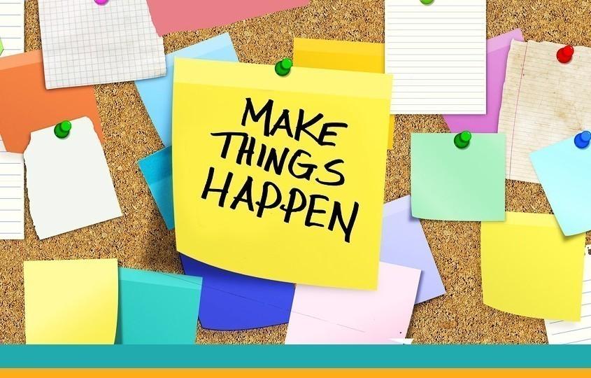 """Symbolbild """"Organisation"""": Post-It mit Aufschrift """"Make things happen"""""""