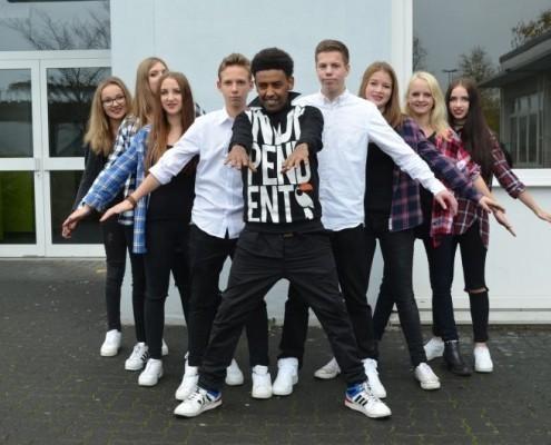 """Schul-Aktion: Schüler*innen der Realschule Netphen führen ein Theaterstück """"BENEFIZ – auf Augenhöhe"""" auf_©Realschule Netphen"""