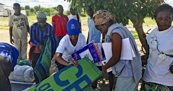 Gemeinsam mit anderen Hilfsorganisationen verteilen UNHCR-Helfer lebensrettende Güter an die Überlebenden des Zyklons in Mosambik, Simbabwe und Malawi. _© UNHCR / David Banda