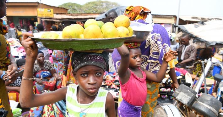 Kinder verkaufen Lebensmittel auf einem Markt in der Elfenbeinküste_© UNICEF/Frank Dejongh