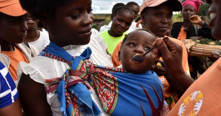In Ländern wie Sambia, Madagaskar und Südsudan versorgt CARE mangelernährte Kinder mit wertvollen Nährstoffen, damit sie wieder zu Kräften kommen.
