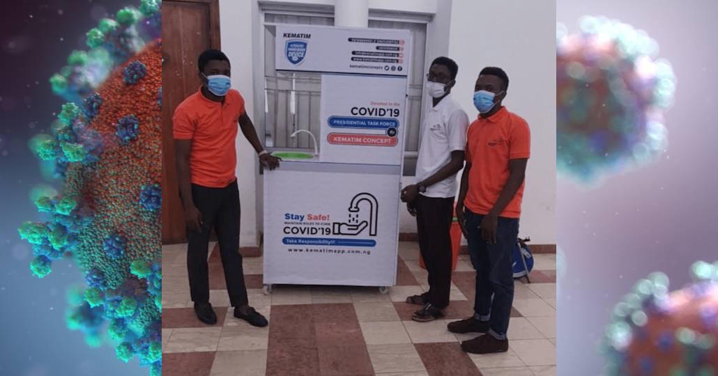 Marvelous Taye Ayodele & Innocent Kehinde Ayodele (in Orange) mit ihrem vollautomatischen Handwaschgerät