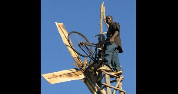 William Kamkwamba auf seiner Windmühle