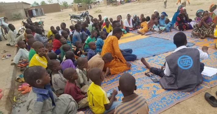 Kinder und ALDEPA Mitarbeiter Sitzkreis