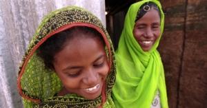 Quiz Frauen und Mädchen: Eritrea Caregirl laughing w mother in doorway